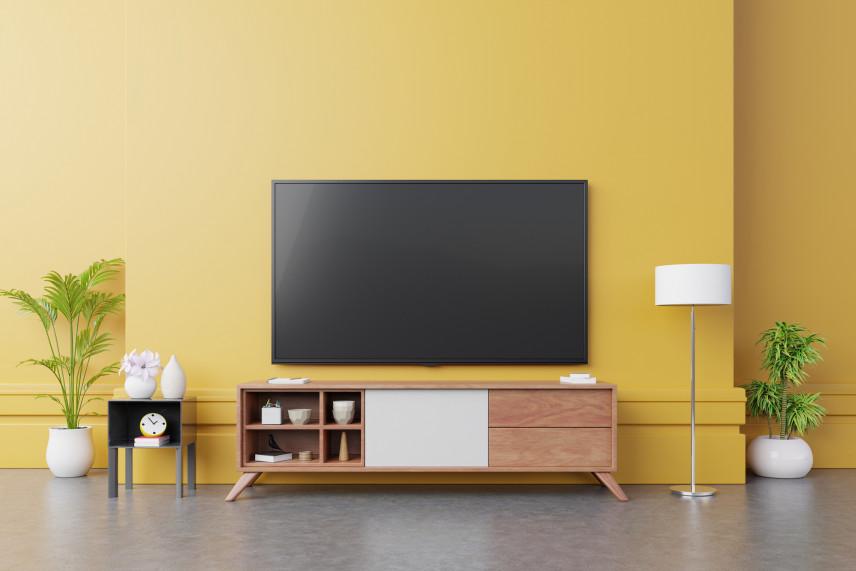 Żółta ściana z telewizorem