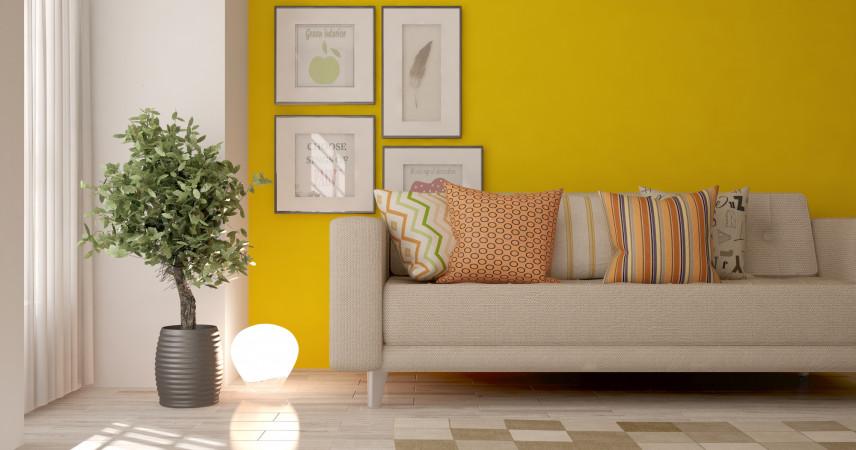 Salon  z lnianą kanapą i żółta ścianą