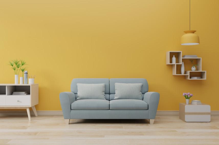 Żółta ściana w salonie w stylu skandynawskim
