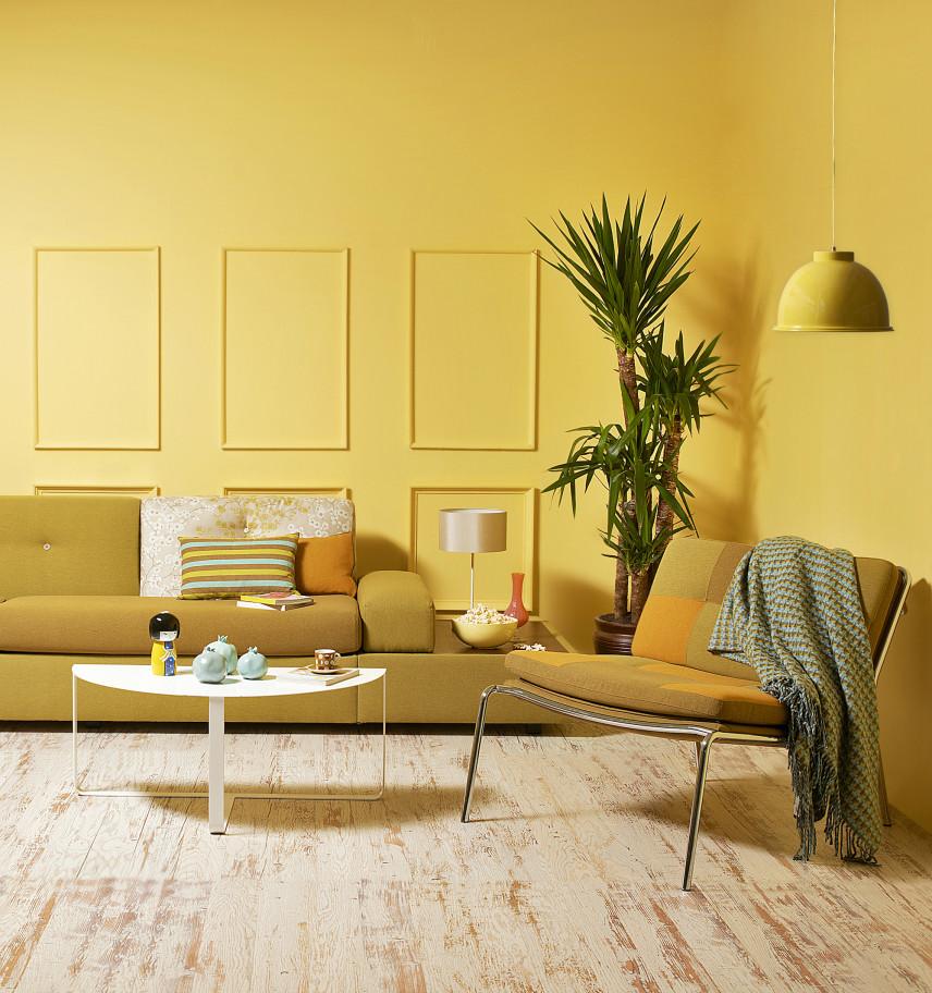 Nowoczesny, żółty salon z sztukaterią