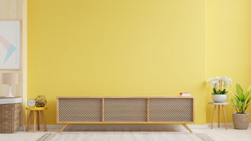 Żółta ściana z komodą w stylu skandynawskim