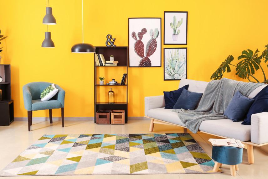 Salon w stylu skandynawskim z patchworkowym dywanem