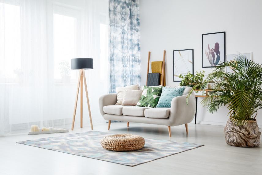 Pokój w stylu skandynawskim z plakatami na ścianie