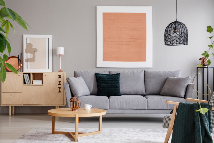 Salon w stylu skandynawskim z ochrowym plakatem