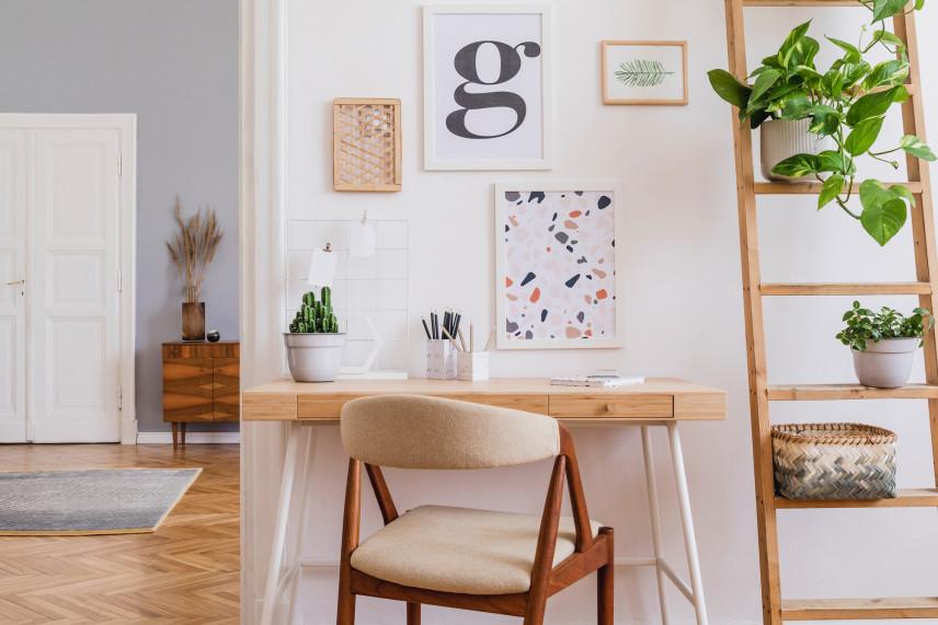 Plakaty z literą w salonie