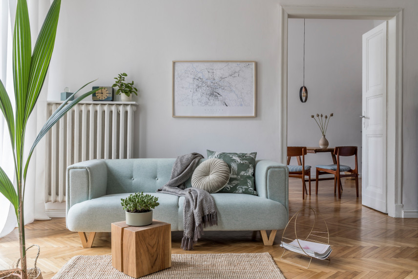 Salon z plakatem i drewnianym parkietem
