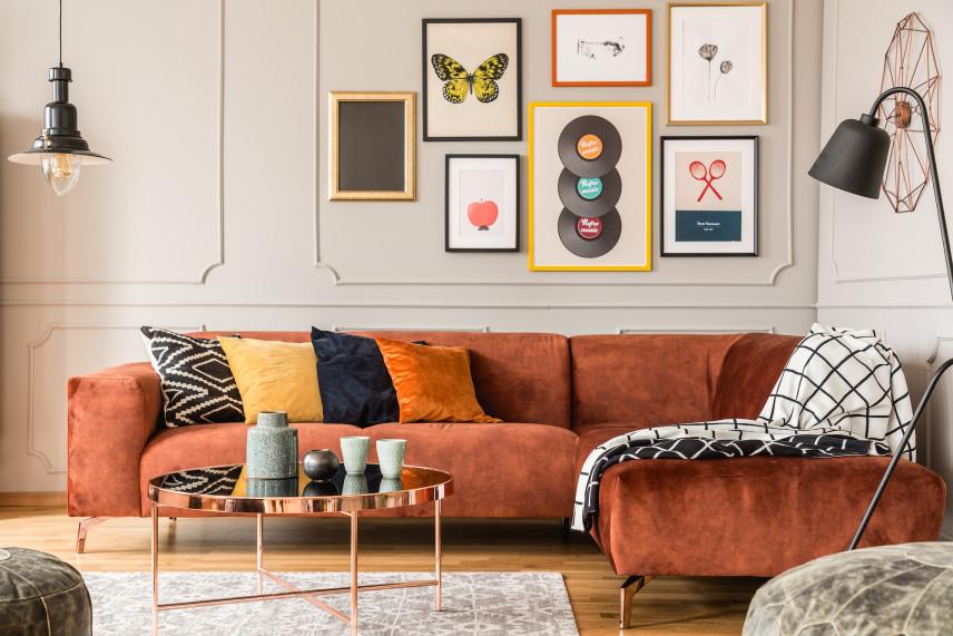 Kolorowe plakaty w salonie