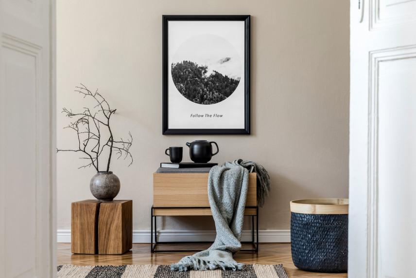 Szary salon z plakatem i z drewnianymi meblami