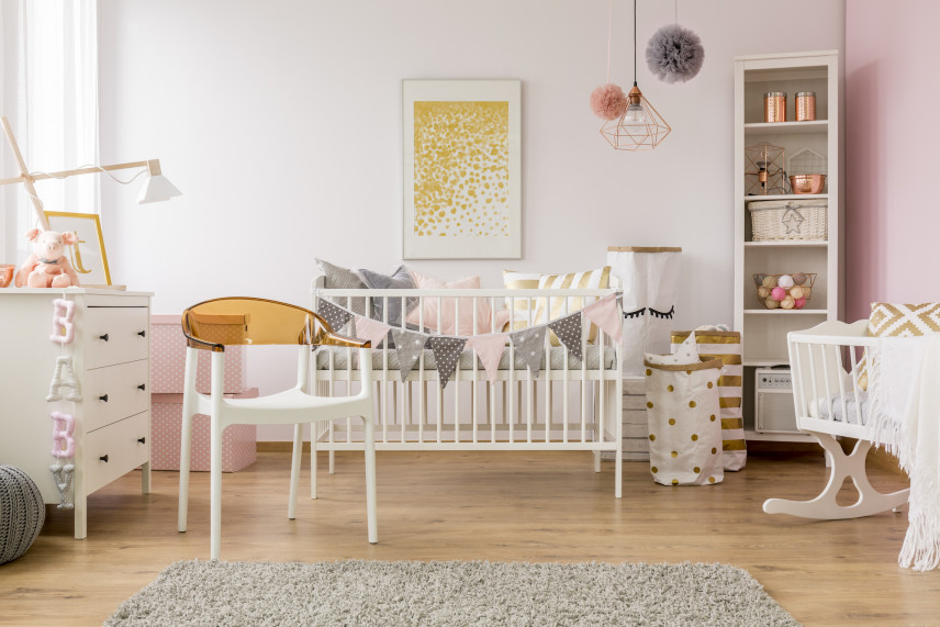 Pokój dla noworodka z łóżeczkiem i kołyską