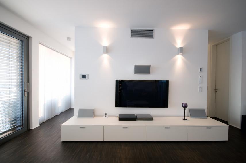 Telewizor na białej ścianie