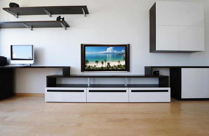 TV w białym salonie