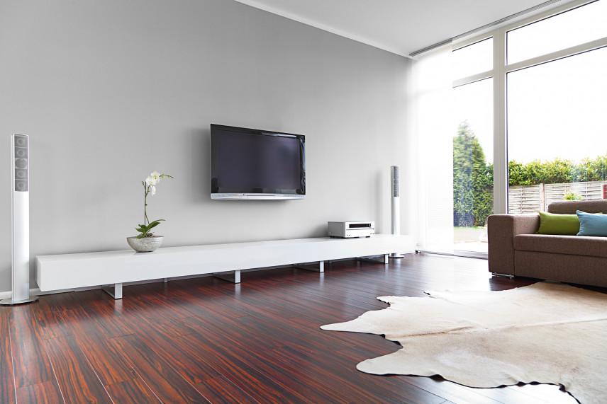 Salon w stylu skandynawskim z TV