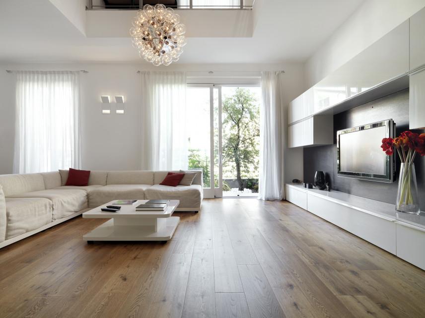 Biały salon z TV i drewnianą podłogą