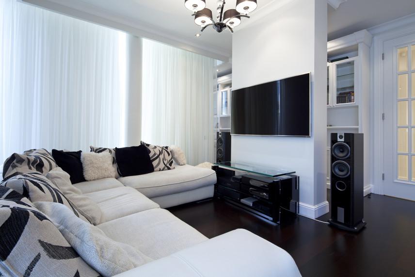 Salon z białym narożnikiem i TV
