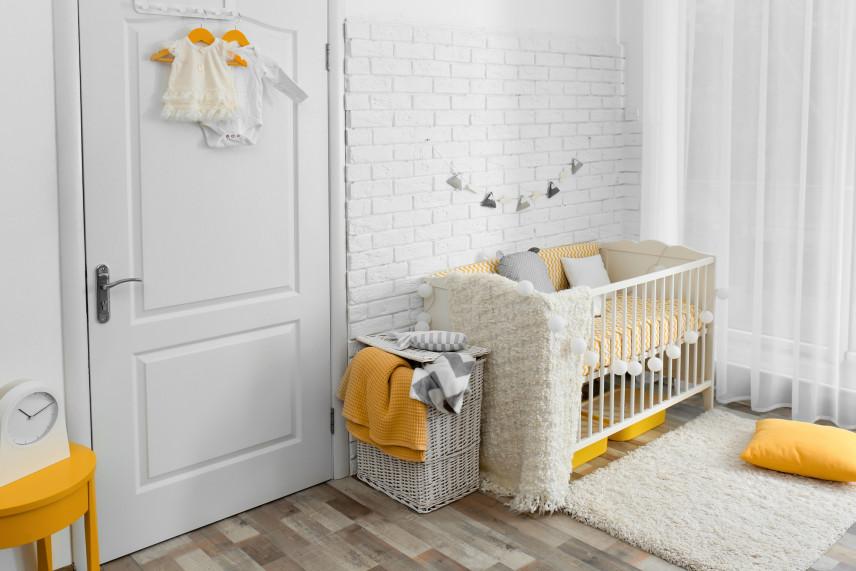Cegła na ścianie w pokoju dla noworodka