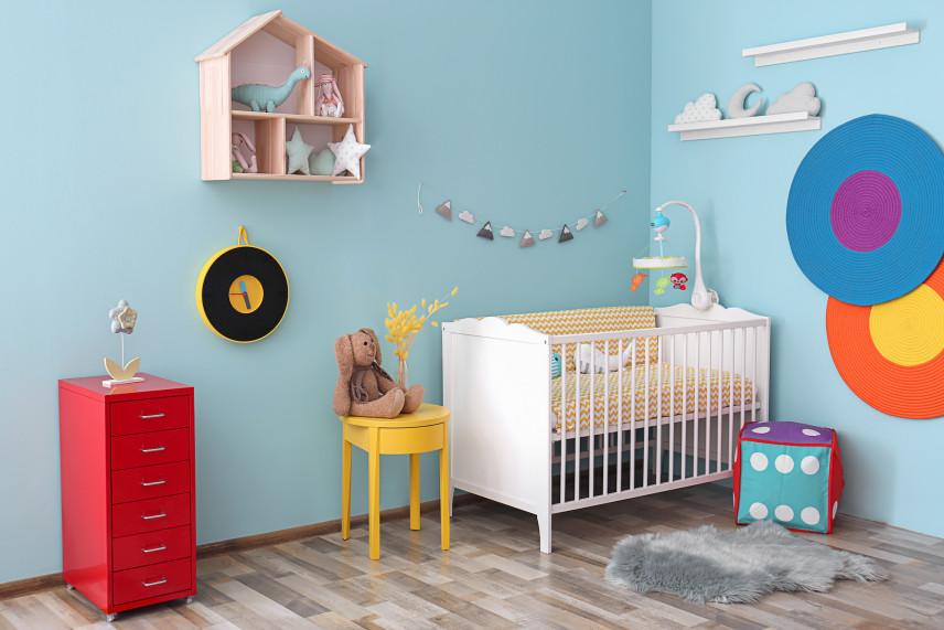 Mały pokój dla noworodka z naklejkami na ścianie
