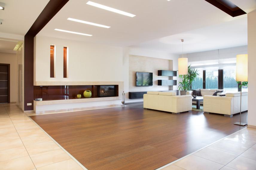 Duży salon z telewizorem