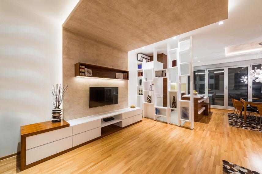 Salon z betonową ścianą z telewizorem