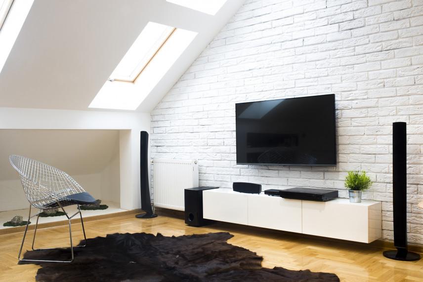 Ściana z białej cegły i telewizorem