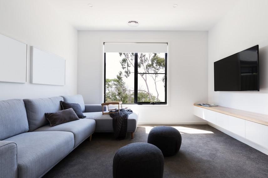 Salon z białą ścianą i z telewizorem
