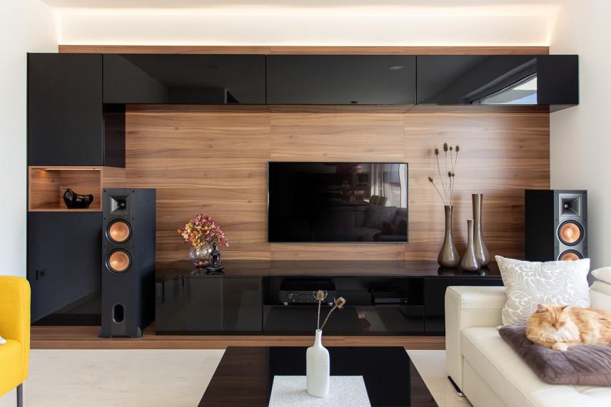 Drewniana ściana z TV w salonie