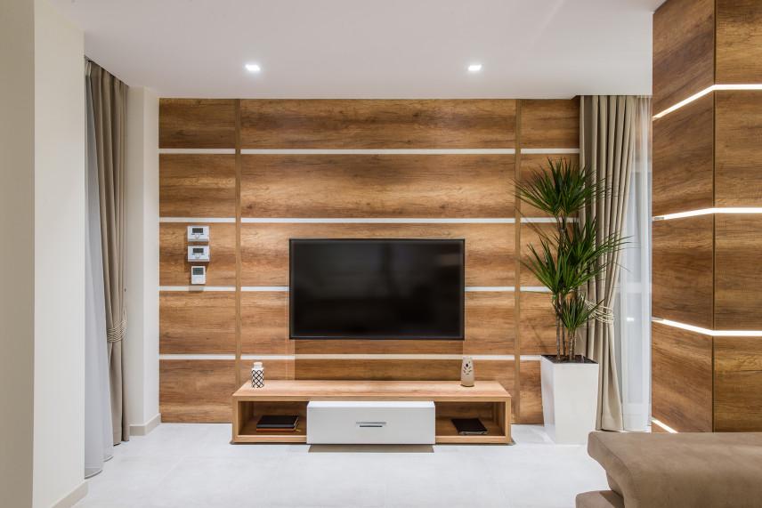 Telewizor na ścianie imitującej drewno