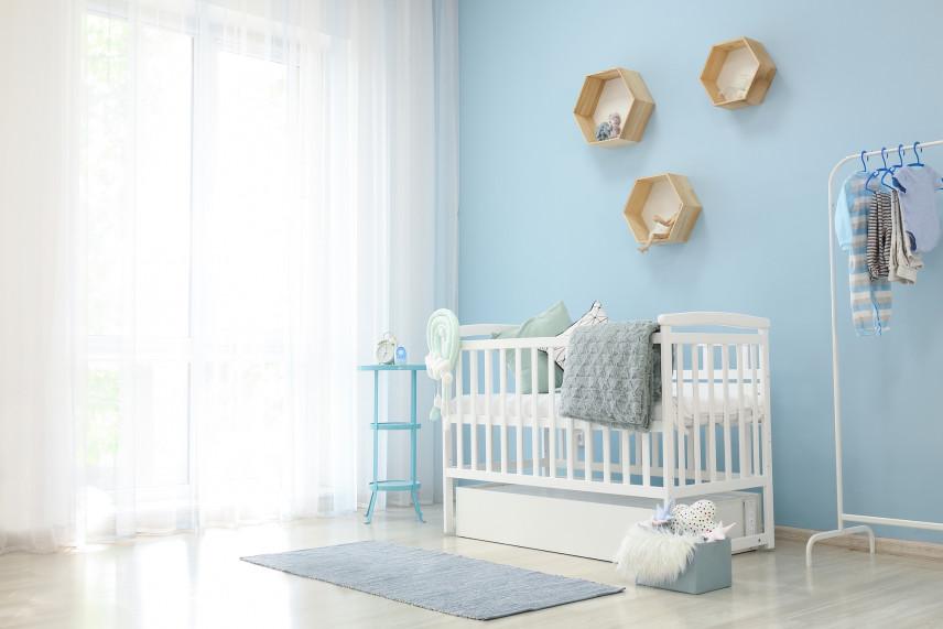 Pokój dla noworodka z niebieskimi ścianami