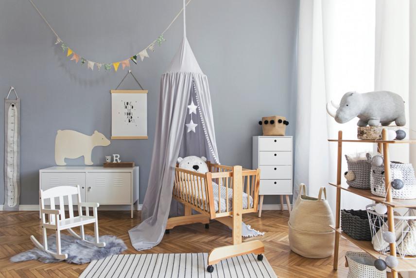 Pokój dla noworodka z drewnianą podłogą