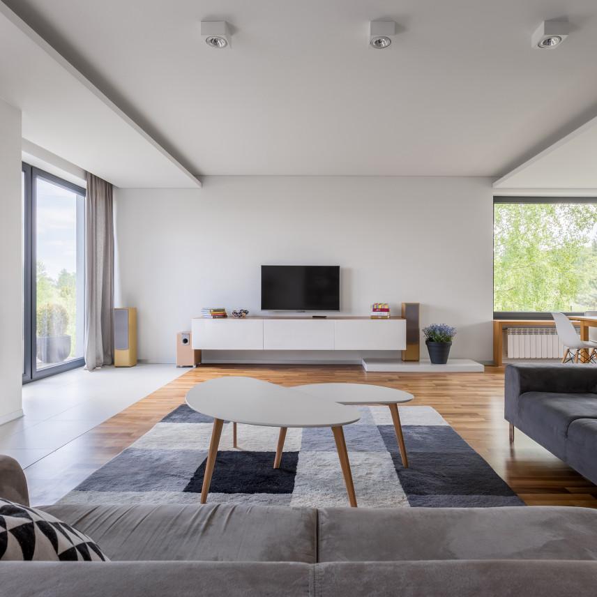 Duży nowoczesny salon z telewizorem
