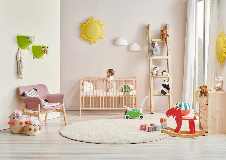 Różowy fotel w pokoju dziecięcym
