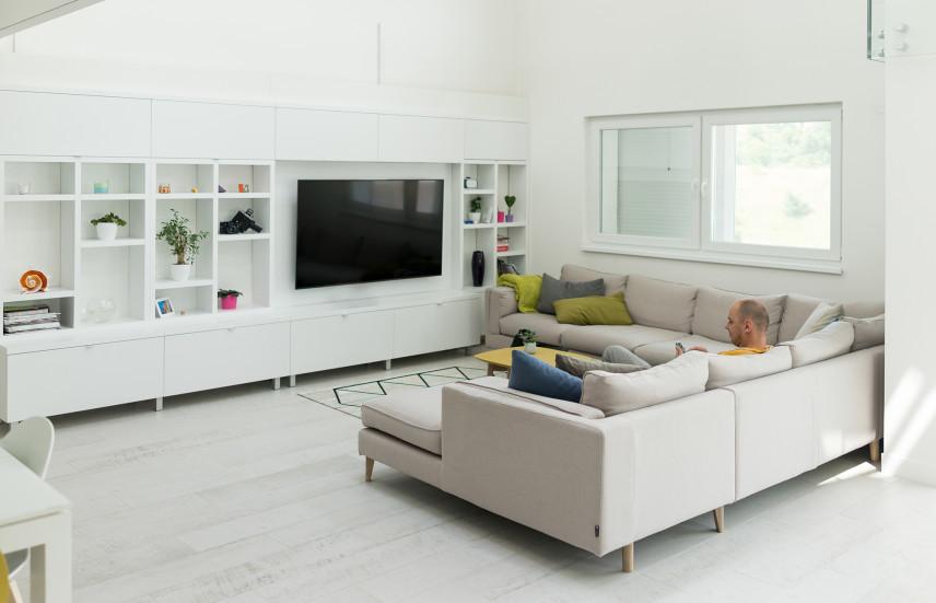 Biały salon z telewizorem