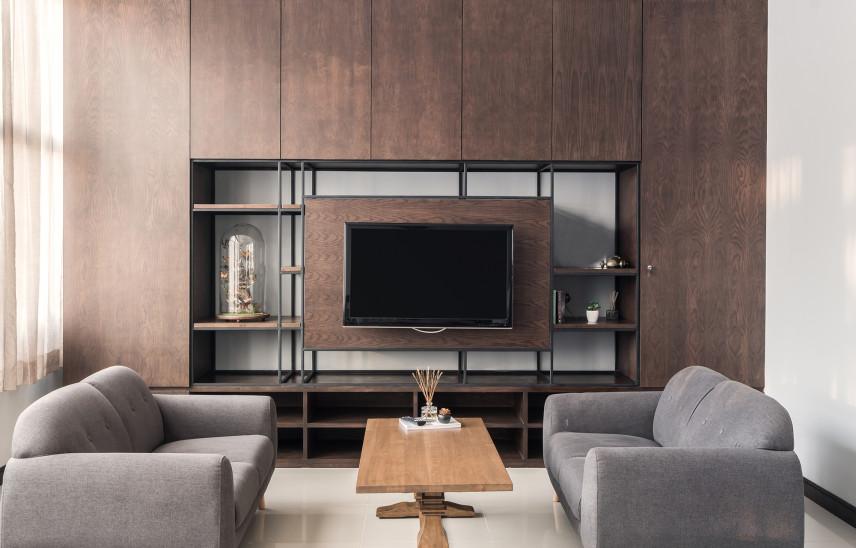 Klasyczna ściana z drewna z telewizorem