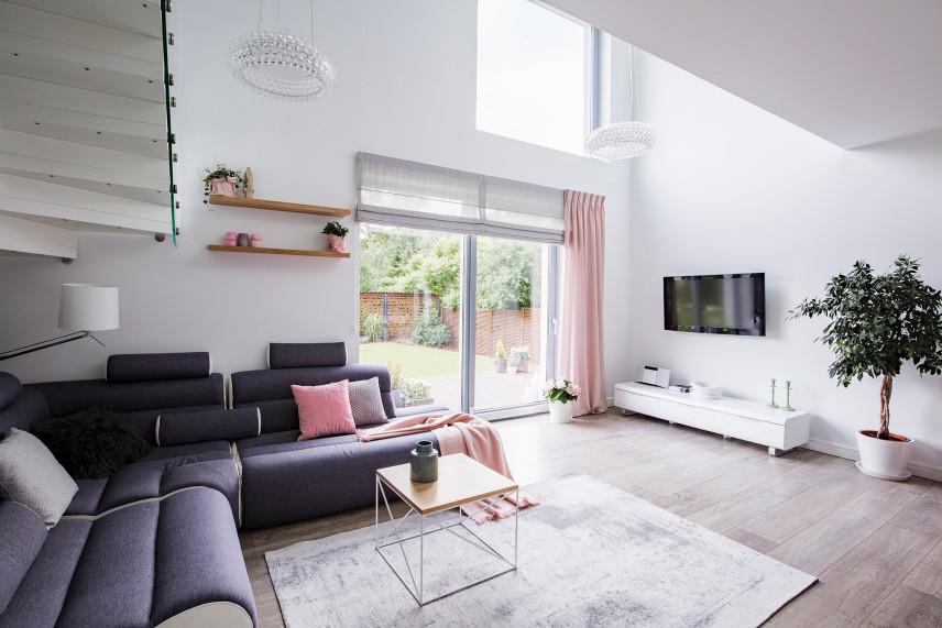 Duży salon z telewizorem i z wyjściem na taras