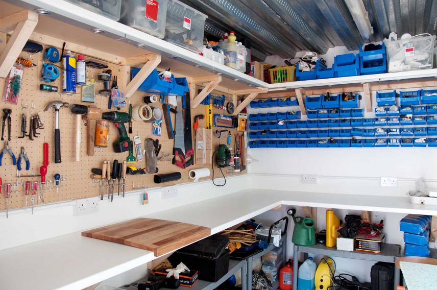 Nowoczesny, uporządkowany garaż
