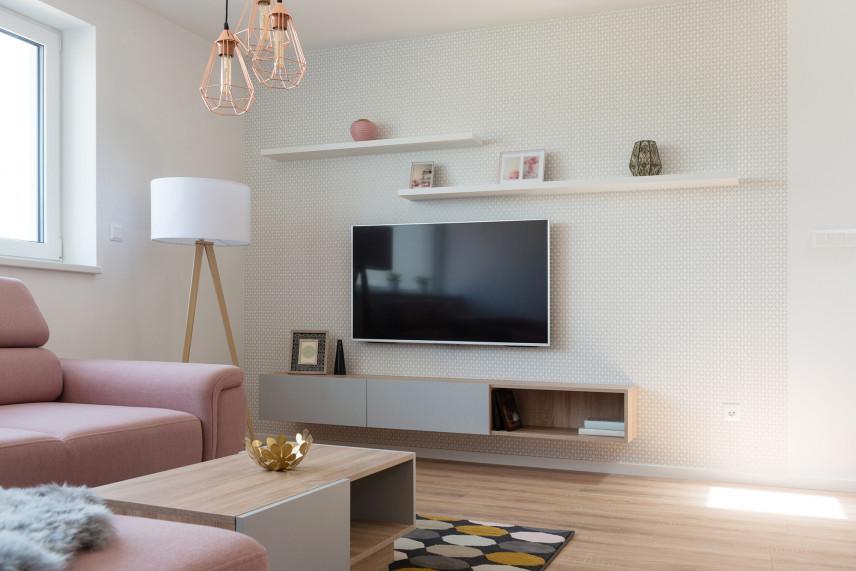 Salon w jasnych beżach z telewizorem