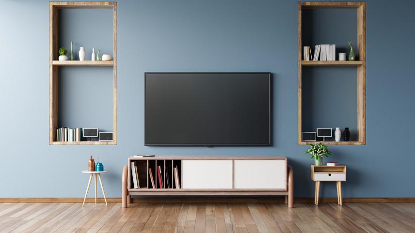 Telewizor z niebieską ścianą