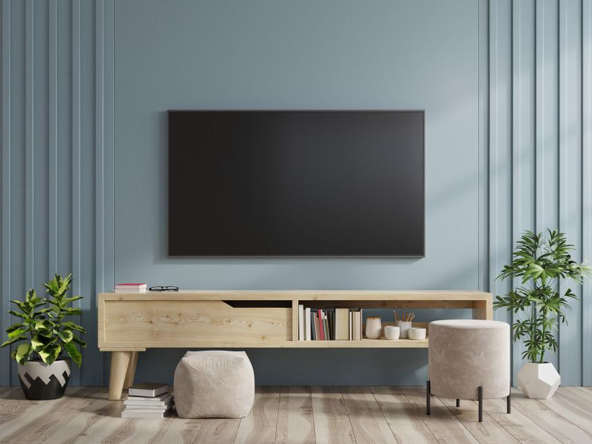 Błękitno-szara ściana z telewizorem