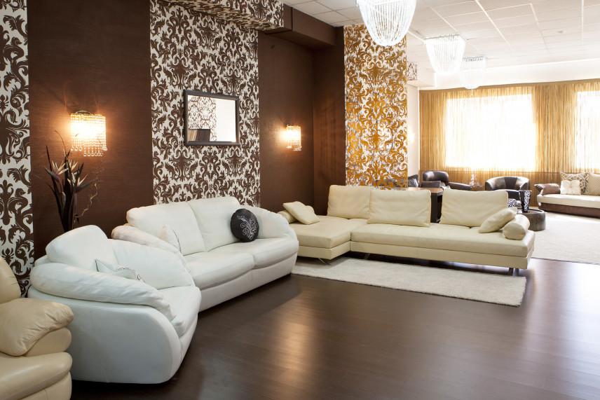 Salon w stylu glamour z tapetą