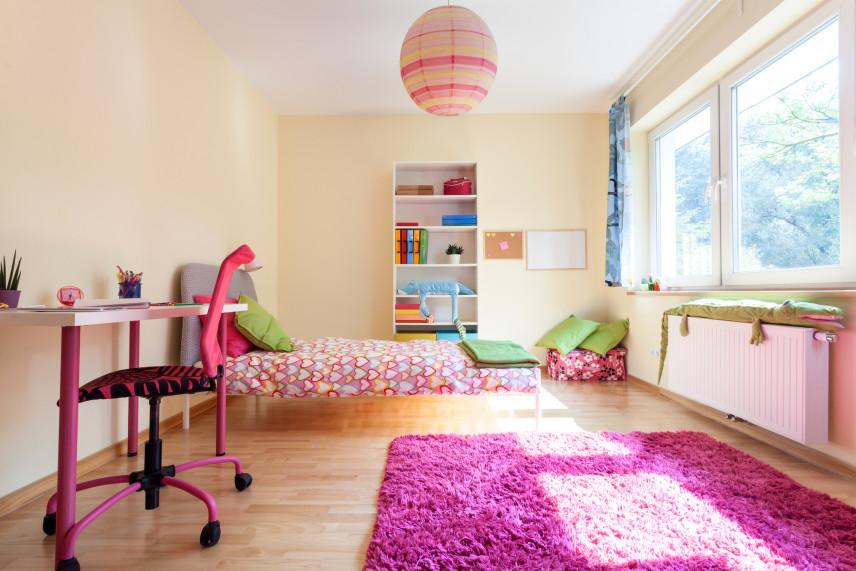 Pokój z różowym dywanem
