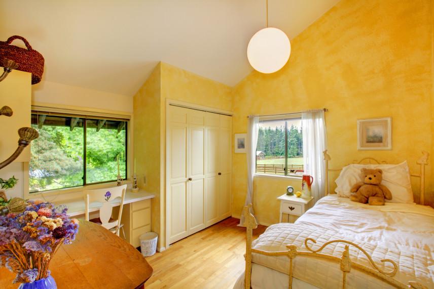 Żółty pokój z dużym łóżkiem