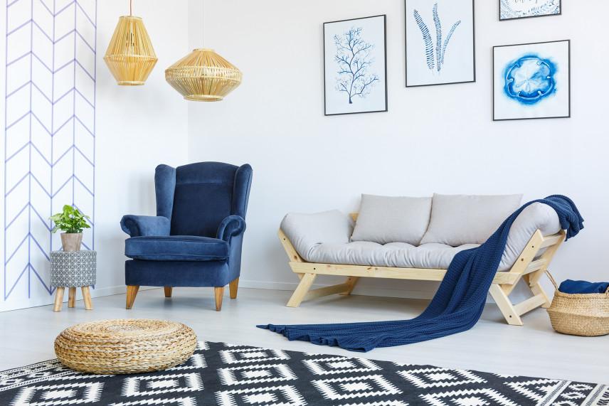Biało-niebieski salon w stylu skandynawskim