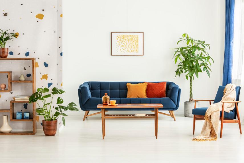 Kolorowa tapeta w salonie w stylu skandynawskim