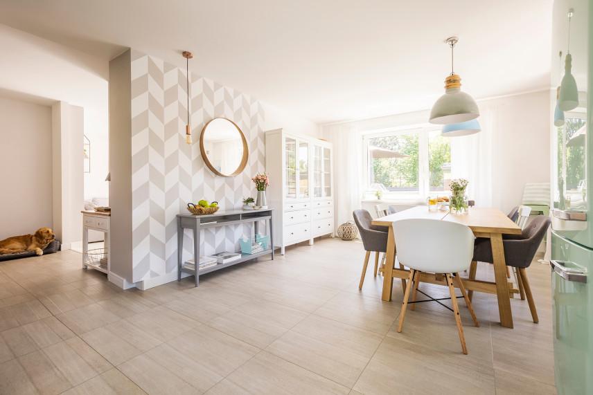 Salon z tapetą połączony z jadalnią