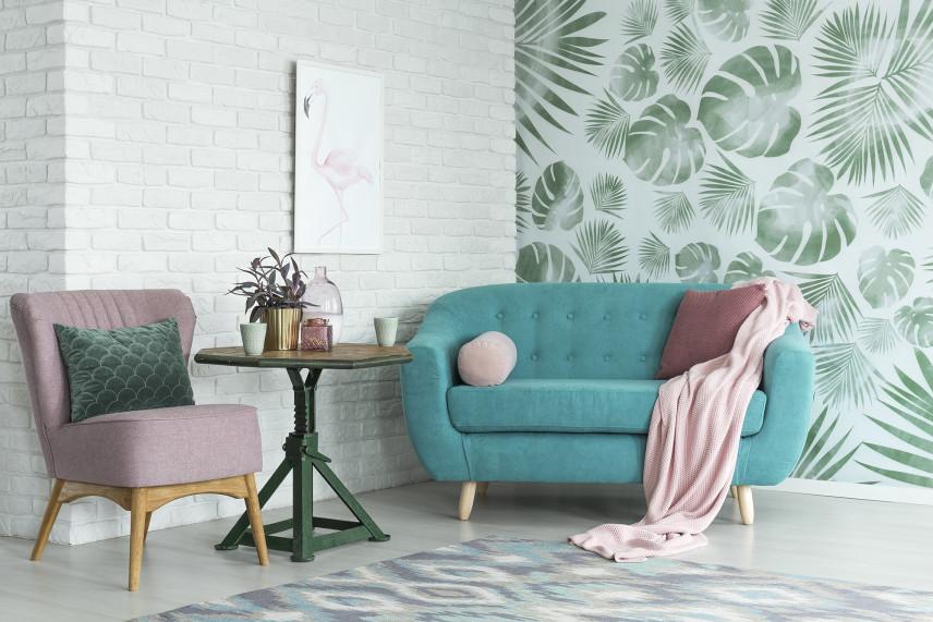 Salon z tapetą w zielone liście