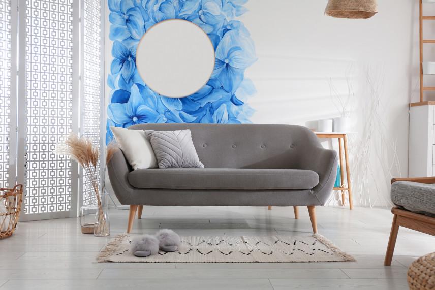 Salon z tapetą w niebieskie kwiaty