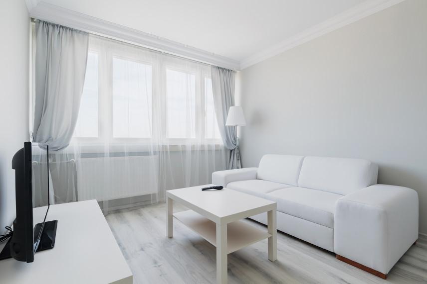 Mały salon koloru szarego