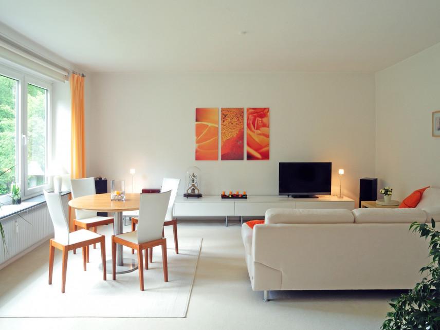 Biało-pomarańczowy salon