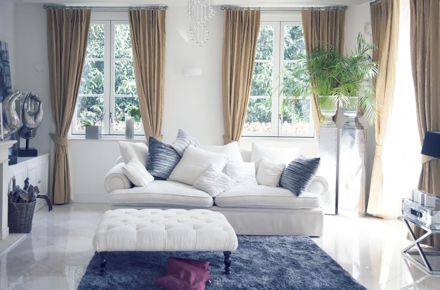 Niebiesko-biały salon