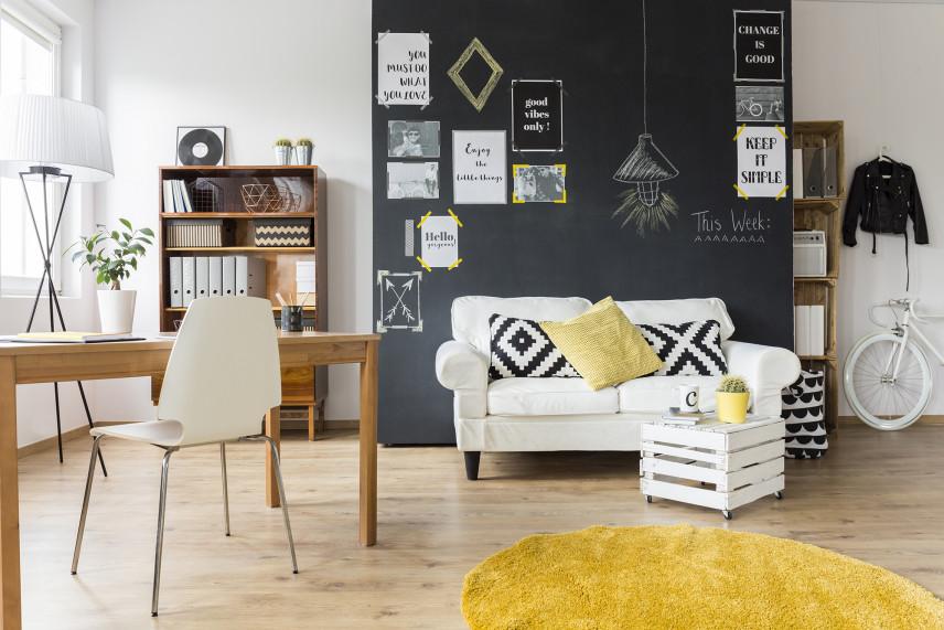 Salon z grafitową ścianą
