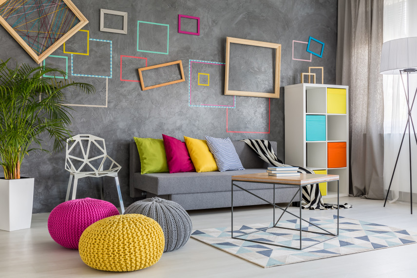 Kolorowy salon ze ściana z betonu